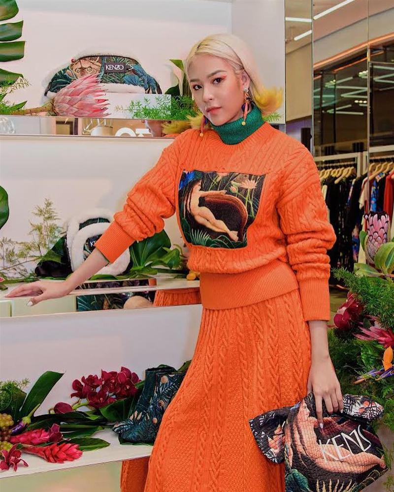 Một cuộc đụng hàng khá thú vị giữa Min và Phí Phương Anh: cả 2 cô nàng cá tính của showbiz đều mê mệt mẫu áo len cam có in hình của Kenzo.