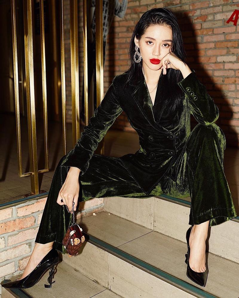 Khánh Linh hết mực sang chảnh trong bộ suit nhung màu xanh rêu, phối với giày cao gót của Saint Laurent. Trang phục kết hợp kiểu trang điểm sắc sảo là tạo hình hoàn hảo, giúp mỹ nhân 9X thêm phần quyến rũ hơn.
