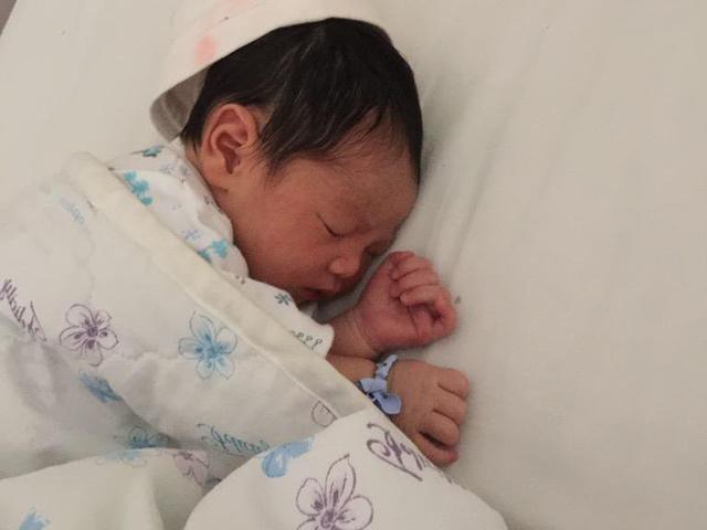 Hôm qua ngủ nghiêng bên trái, hôm sau đứa trẻ thay đổi tuyệt vời, từ sau cứ ngủ như vậy - Ảnh 1