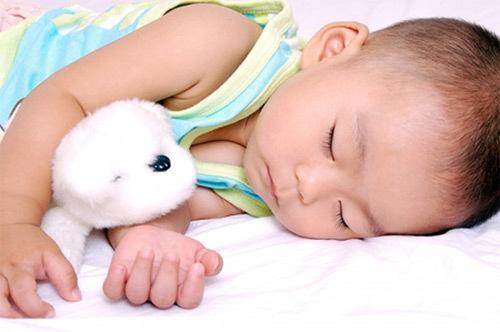 Hôm qua ngủ nghiêng bên trái, hôm sau đứa trẻ thay đổi tuyệt vời, từ sau cứ ngủ như vậy - Ảnh 2