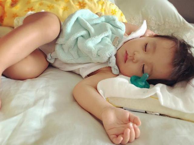 Hôm qua ngủ nghiêng bên trái, hôm sau đứa trẻ thay đổi tuyệt vời, từ sau cứ ngủ như vậy - Ảnh 3