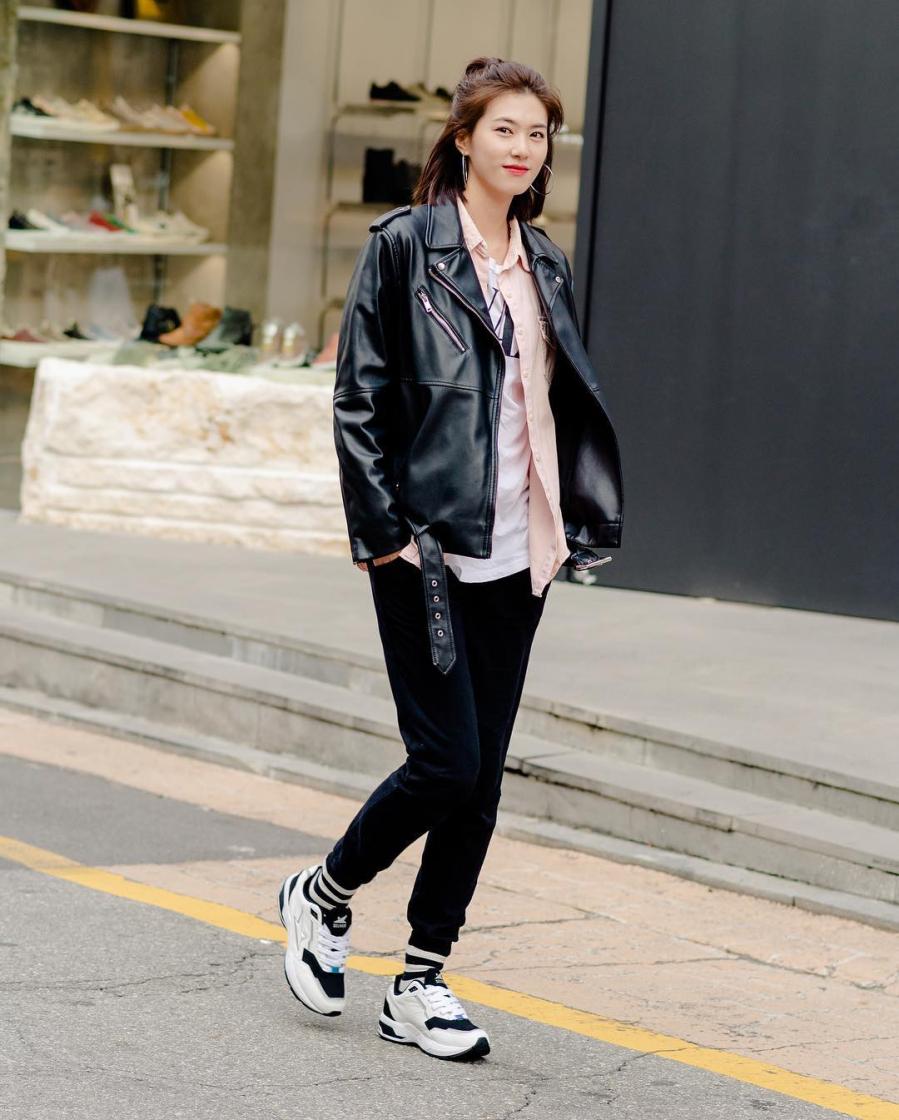 Set đồ hoàn hảo cho ngày se lạnh đôi khi chẳng cầu kỳ mà chỉ đơn thuần là bộ đôi áo nỉ quần jeans, thêm thắt một đôi giày sneaker thật chất và phụ kiện thắt lưng