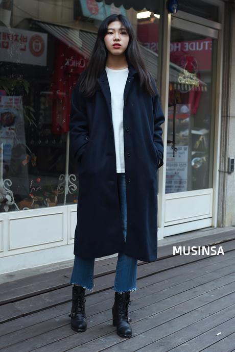 Cô bạn này cũng vô cùng thông minh khi chọn cho mình một đôi boots cá tính để thu hút hơn giữa mùa đông lạnh giá mà ai ai cũng diện đồ y chang nhau.