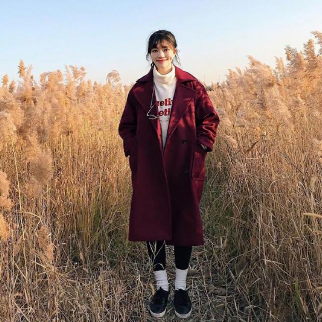 Trong mùa thu đông năm nay, giới trẻ Hàn rất tích cực lăng xê mốt mang vớ ngoài quần, nghe có vẻ