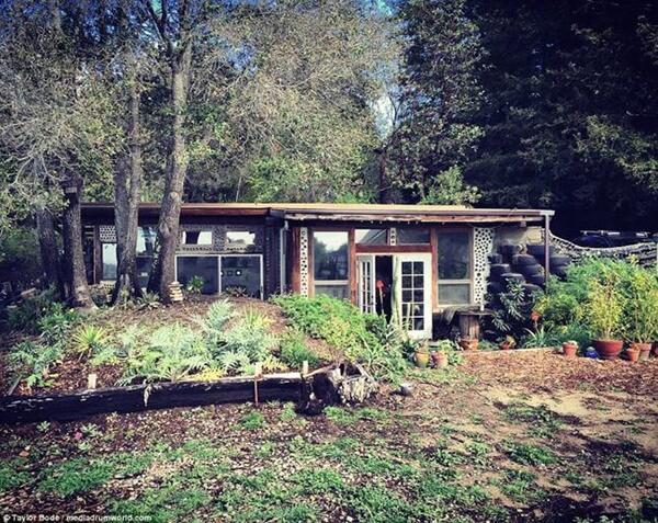 Một số người mơ ước xây căn nhà có không gian sống gần gũi thiên nhiên, cặp đôi Taylor và Steph (sống ở Mỹ) đã làm được điều đó