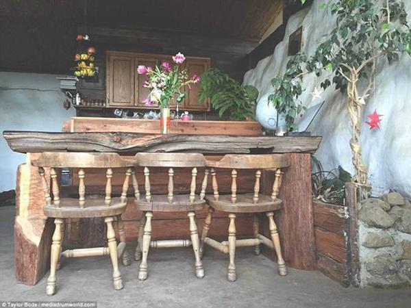 Các đồ dùng trong nhà như bàn, tủ, ghế được làm từ gỗ tái chế.