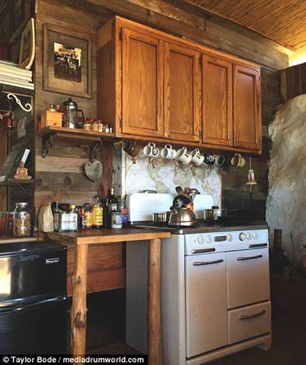 Tủ bếp cũng làm từ gỗ tái chế rất đơn sơ, mộc mạc.