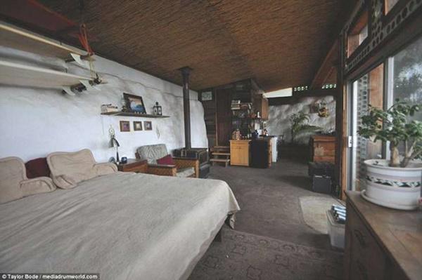 Tường và sàn nhà được thiết kế giúp căn nhà ấm áp về mùa đông và mát về mùa hè.