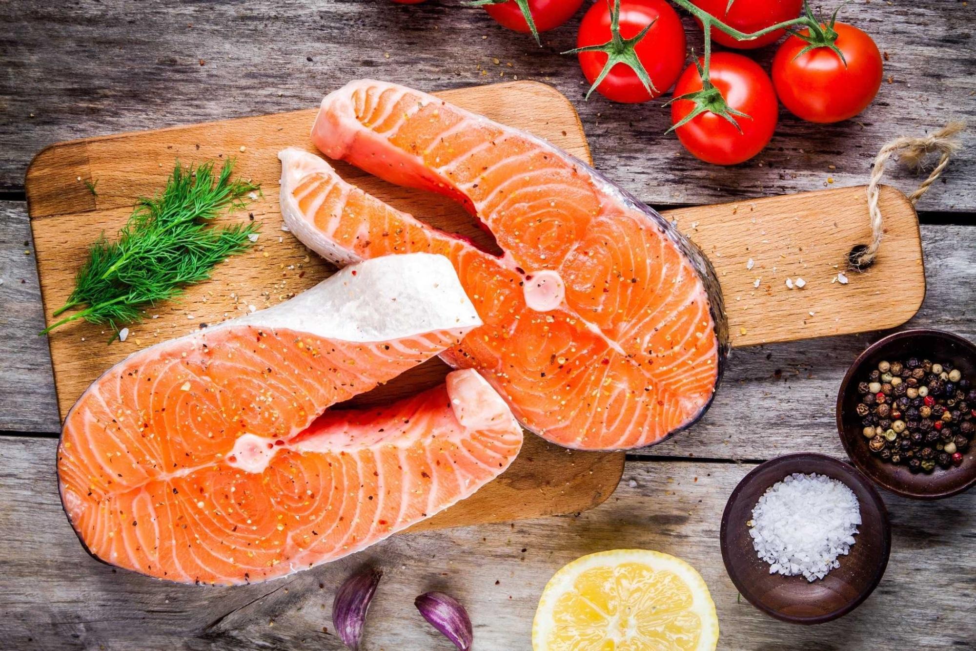 Cá hồi có chứa nhiều omega-3 tốt cho hệ tuần hoàn, giúp lưu thông máu đến cơ quan sinh dục tốt hơn