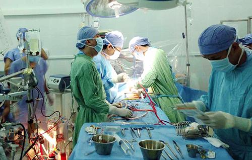 Bác sĩ vừa bịt vết thương bệnh nhân vừa khâu động mạch chủ - Ảnh 1