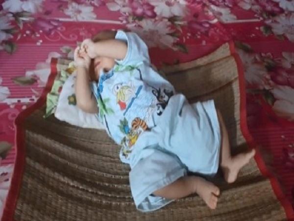 Bé trai sơ sinh bị vứt vào đám cỏ ven đường đã khỏe mạnh - Ảnh 1