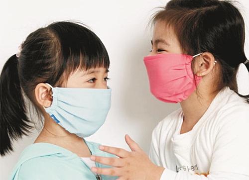 Cần tạo cho trẻ một môi trường sạch sẽ, thoáng mát để tránh các bệnh về đường hô hấp khi giao mùa. Ảnh minh họa: Internet