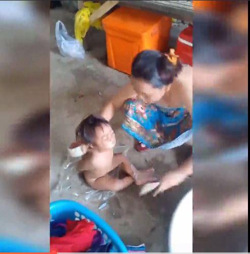 Hành động bạo hành của người mẹ bị cư dân mạng phẫn nộ