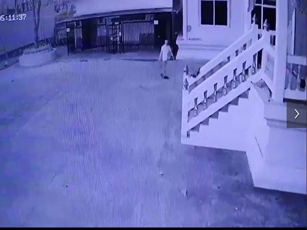 Người đàn ông mang theo can xăng đến ngôi đền tự thiêu