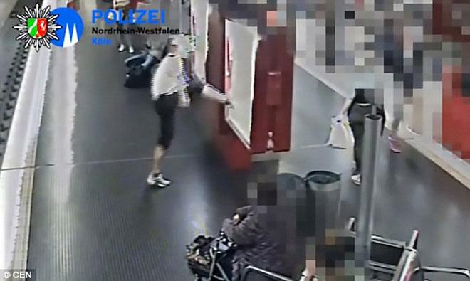 Vừa cãi nhau với bạn gái, người đàn ông bực tức đẩy hành khách xuống đường ray tàu hỏa - Ảnh 2