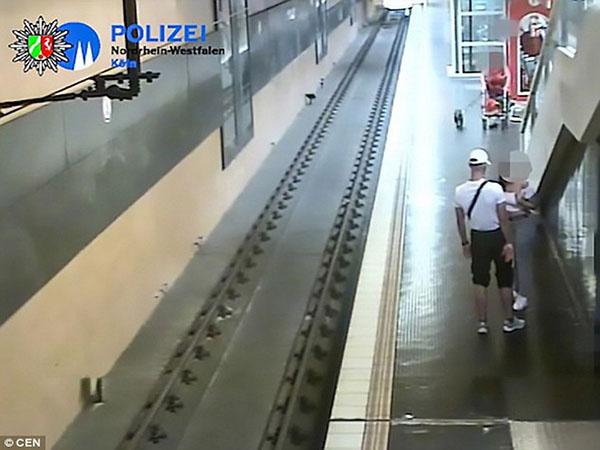 Vừa cãi nhau với bạn gái, người đàn ông bực tức đẩy hành khách xuống đường ray tàu hỏa - Ảnh 1