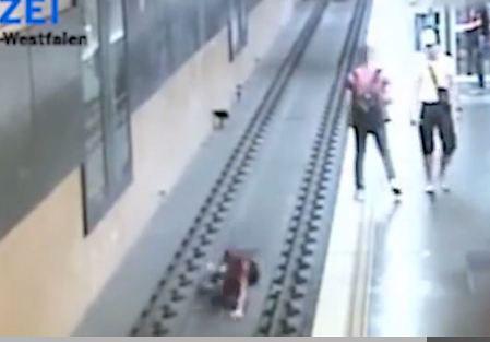 Vừa cãi nhau với bạn gái, người đàn ông bực tức đẩy hành khách xuống đường ray tàu hỏa - Ảnh 3