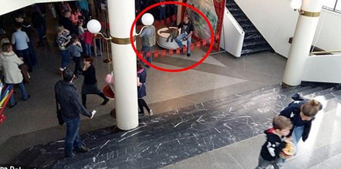 Thót tim khoảnh khắc bé gái 4 tuổi bị báo kéo lê trên sàn rạp xiếc - Ảnh 2
