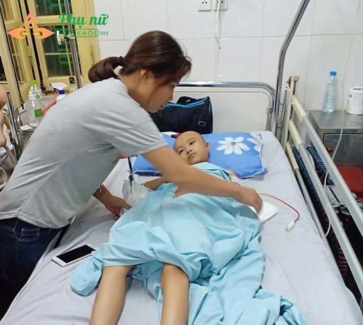 Quá trình điều trị cho bé Thoa còn lâu dài và rất tốn kém
