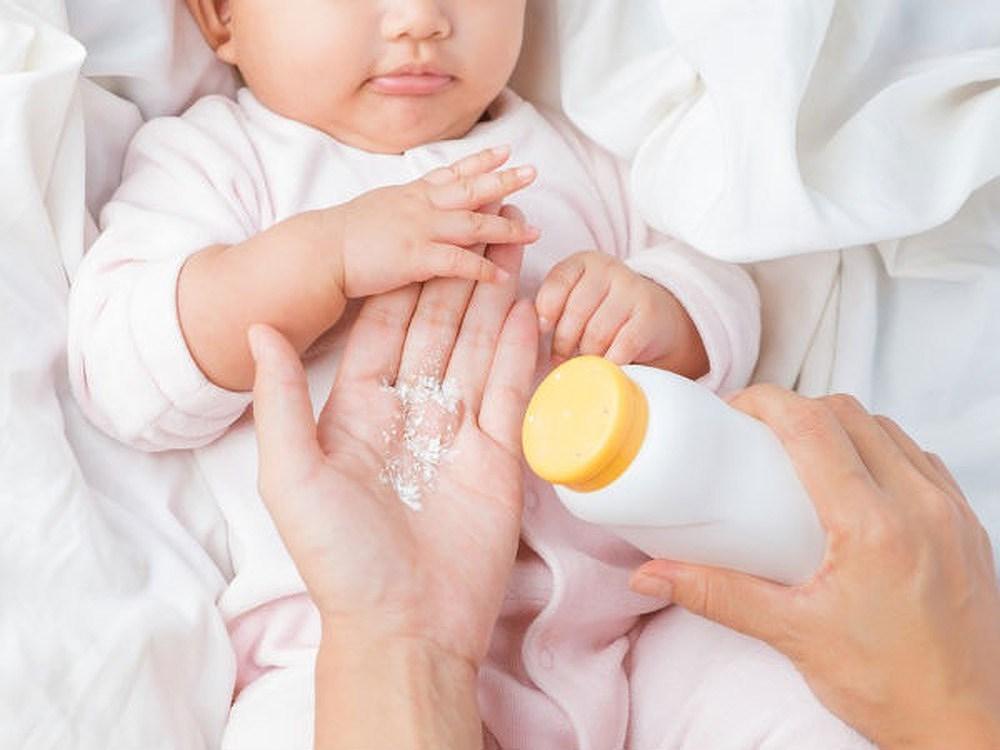 Những việc mẹ không nên làm khi trẻ mọc rôm sảy - Ảnh 4