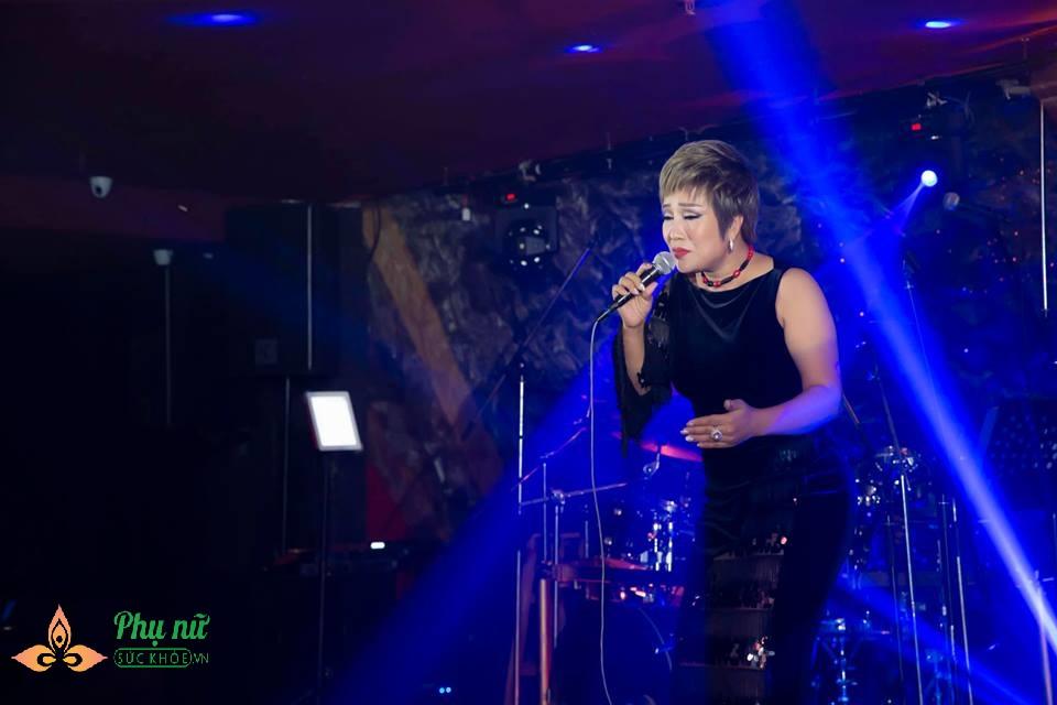 Khâm phục cách sống chung với ung thư của nữ ca sĩ Hà thành: Ra khỏi phòng xạ trị là cất tiếng hát - Ảnh 2