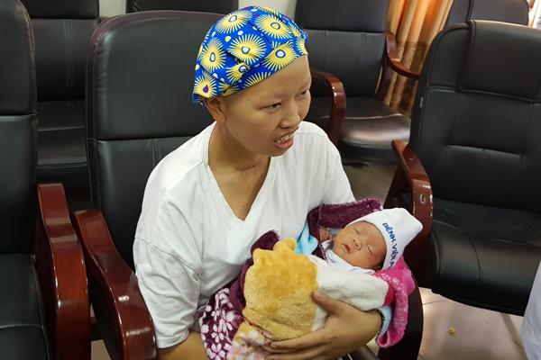 Bé Bình An cùng mẹ ung thư vú giai đoạn cuối xuất viện sau 55 ngày chăm sóc đặc biệt - Ảnh 1