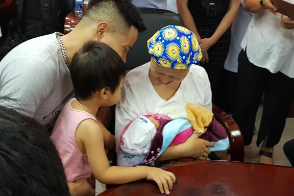 Bé Bình An cùng mẹ ung thư vú giai đoạn cuối xuất viện sau 55 ngày chăm sóc đặc biệt - Ảnh 2
