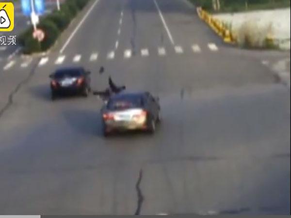 Thót tim clip người đàn ông bị ô tô húc văng trên đường - Ảnh 1