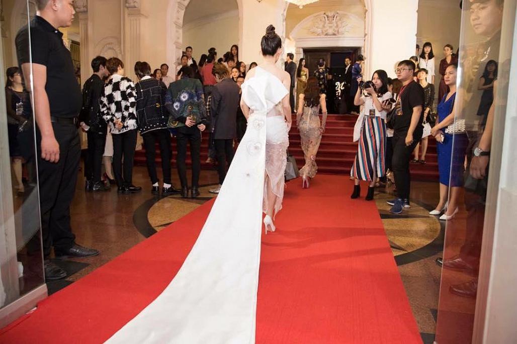 Hiếm hoi xuất hiện, bạn gái Dương Khắc Linh bị chê diện trang phục lố bịch và quê mùa - Ảnh 7