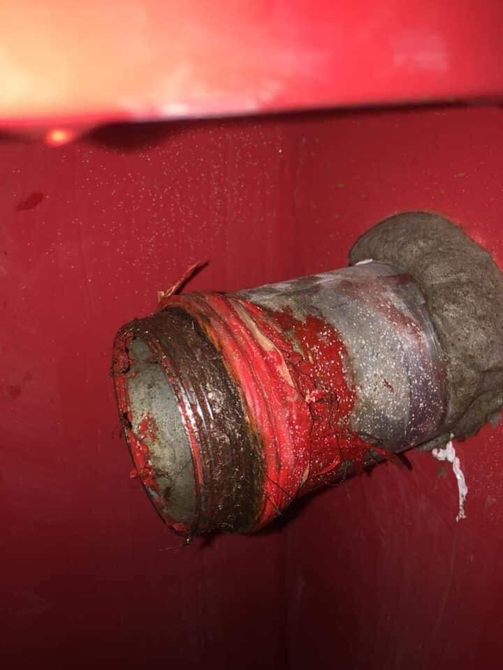 Đường ống nước bị bung mối khiến nước chảy lênh láng.
