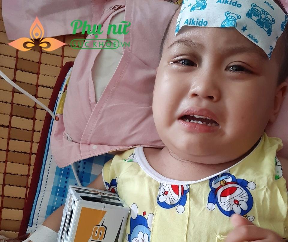 Bé Tân liên tục khóc lóc, đau đớn vì bệnh ung thư máu hành hạ