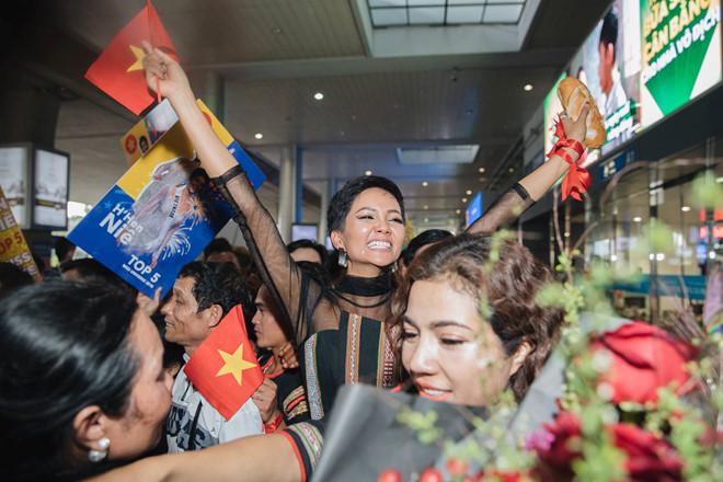 Top 5 Hoa hậu Hoàn vũ 2018 H'Hen Niê mặc đồ Ê-Đê, cầm bánh mì khi về Việt Nam - Ảnh 4