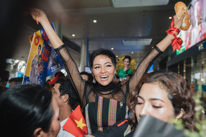 Top 5 Hoa hậu Hoàn vũ 2018 H'Hen Niê mặc đồ Ê-Đê, cầm bánh mì khi về Việt Nam - Ảnh 5