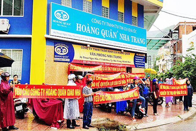 Người dân đòi chủ đầu tư giao nhà tại dự án Nhà ở xã hội HQC Nha Trang (Ảnh: Nam An)