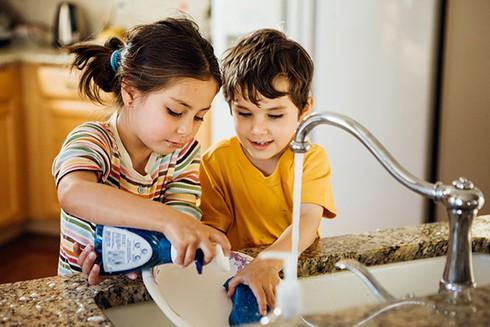 Tại sao cha mẹ 'lười' giúp trẻ vào đời dễ dàng hơn? - Ảnh 2