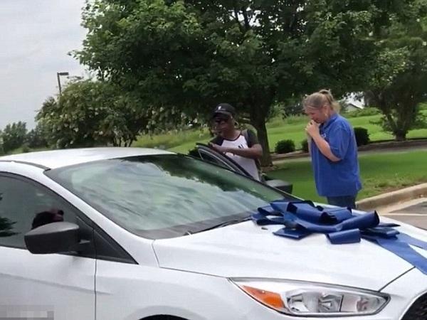 Vị phụ huynh đã tặng cô giáo dạy con gái mình chiếc ô tô mới tinh để tri ân