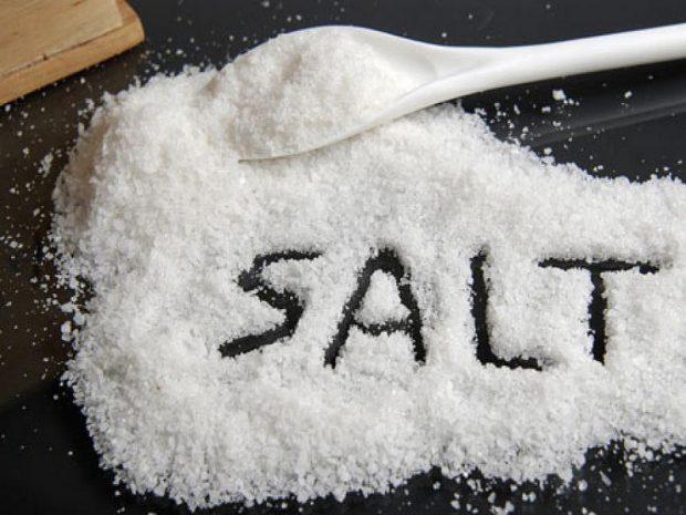 Cho muối ăn vào bình sứ là một trong những cách hiệu quả để khử sạch các vết bẩn cứng đầu