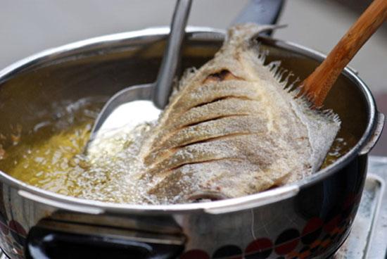 Khi chiên cá, hãy cho vào chảo một ít muối ăn, đảm bảo không có giọt dầu nào văng ra