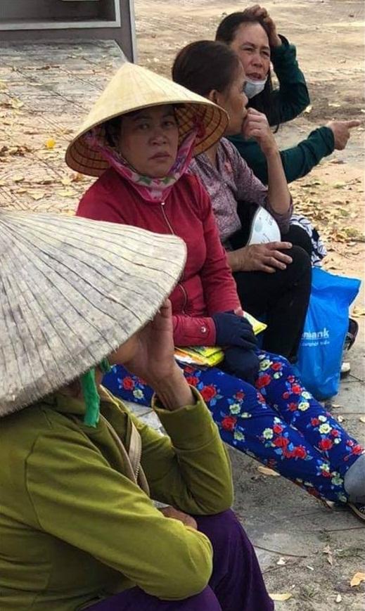 Chị Võ Thị Ánh quê Quãng Ngãi bán kính rong ở Quảng Bình đã nhìn thấy Tuất và kêu mọi người cứu giúp