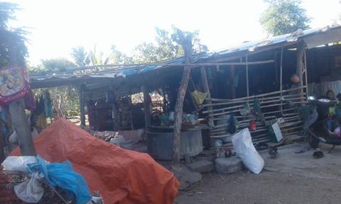 Túp lều được chắp vá từ những mảnh tôn thiếc là nơi ăn chốn ở của đại gia đình 12 người