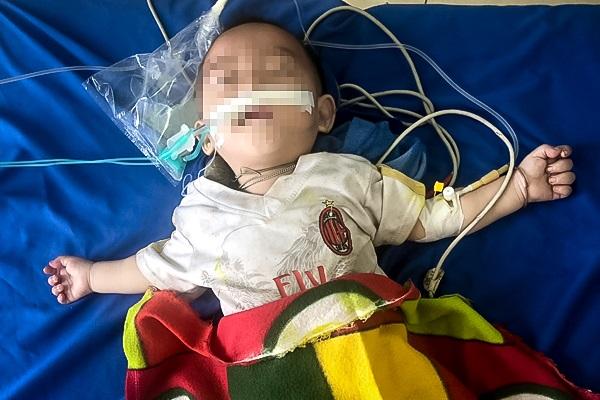 Thầy lang trong bản chữa tiêu chảy bằng thuốc phiện khiến cháu bé 12 tháng tuổi nguy kịch - Ảnh 1