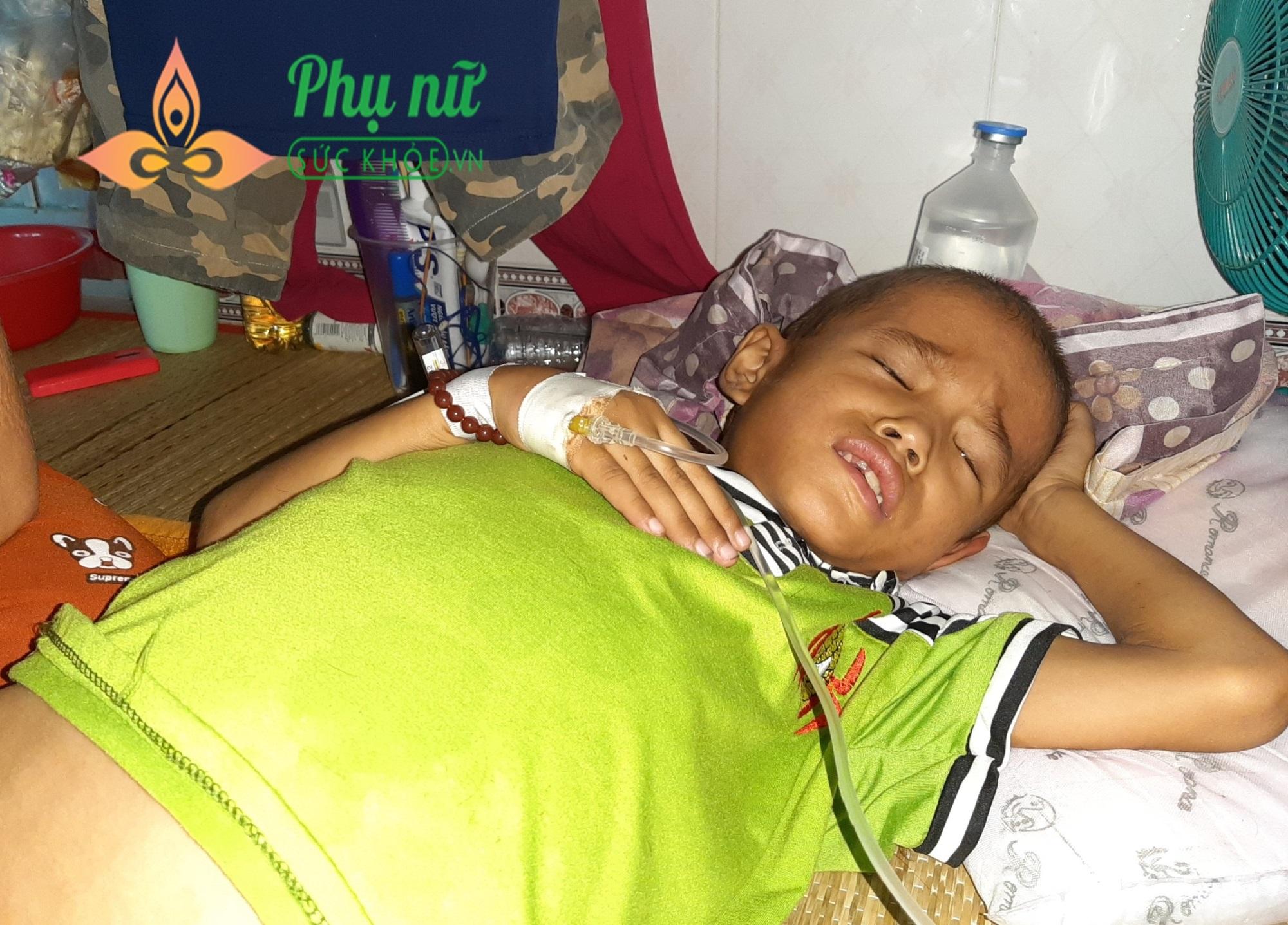 Xót xa bé trai bị bệnh ung thư xương, khắp người lở loét, oằn mình đau đớn chiến đấu với bệnh tật - Ảnh 3