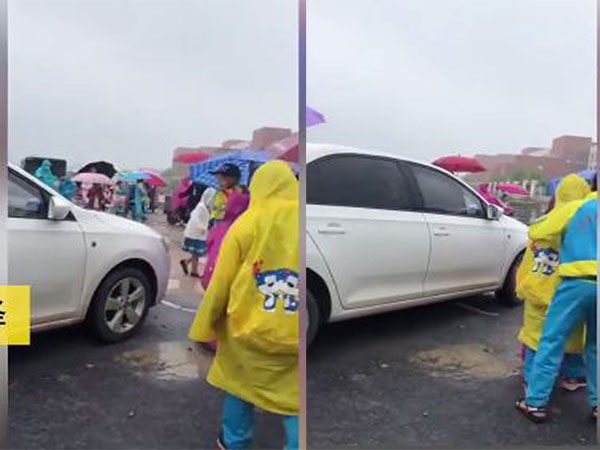Nữ tài xế cố tình lái xe ô tô chen ngang qua nhóm học sinh đang sang đường  - Ảnh 1