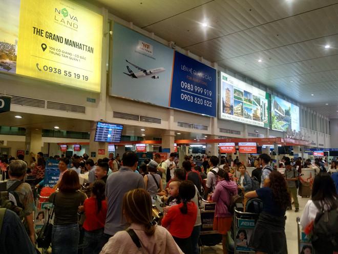 Tân Sơn Nhất quá tải, nhiều hành khách lỡ chuyến bay - Ảnh 3