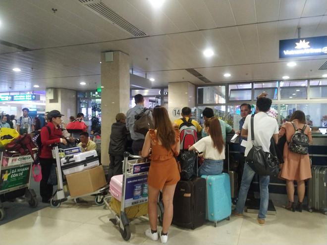 Tân Sơn Nhất quá tải, nhiều hành khách lỡ chuyến bay - Ảnh 2