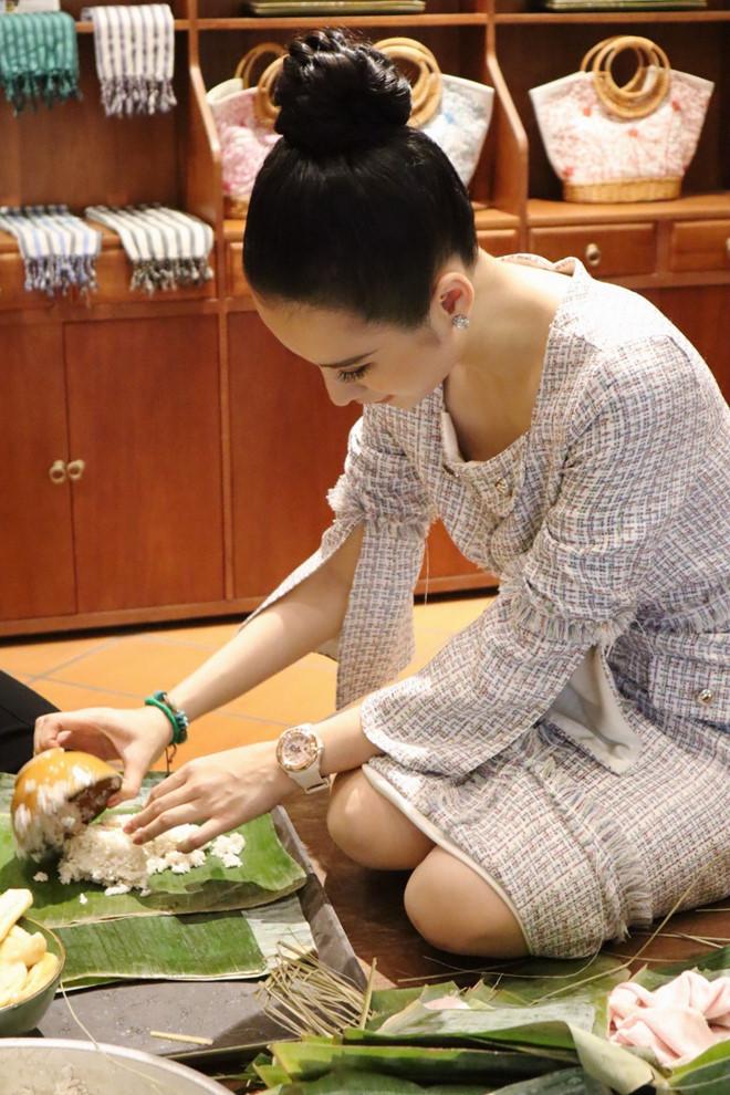 Ngô Thanh Vân, Angela Phương Trinh tất bật gói bánh chưng, bánh tét đón Tết - Ảnh 4