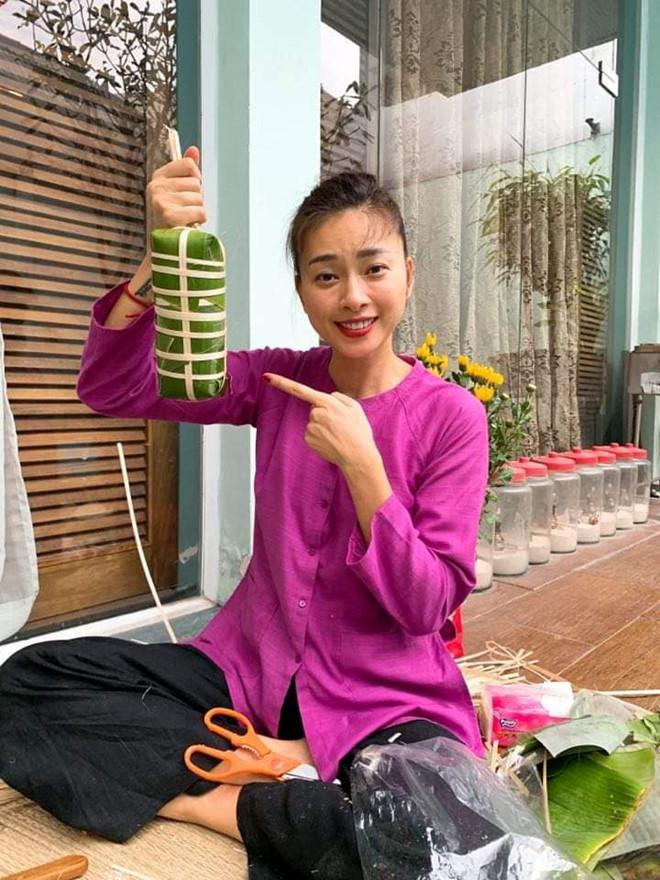 Ngô Thanh Vân, Angela Phương Trinh tất bật gói bánh chưng, bánh tét đón Tết - Ảnh 1