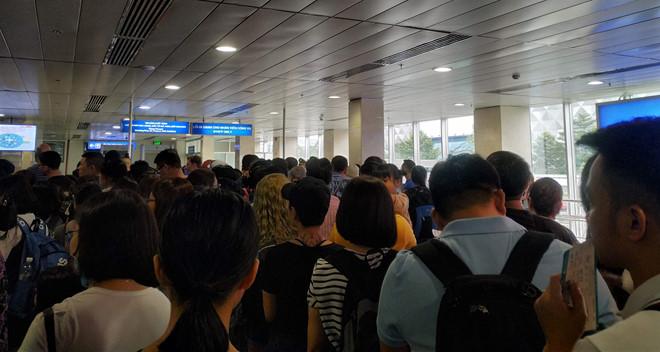 Tân Sơn Nhất quá tải, nhiều hành khách lỡ chuyến bay - Ảnh 1