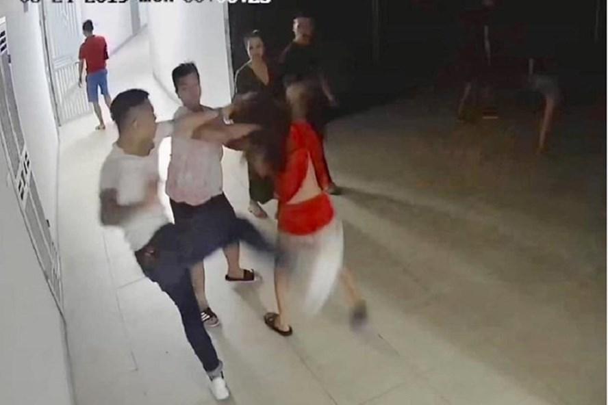 Sốc: 7 nam thanh niên đánh đập một cô gái - Ảnh 1