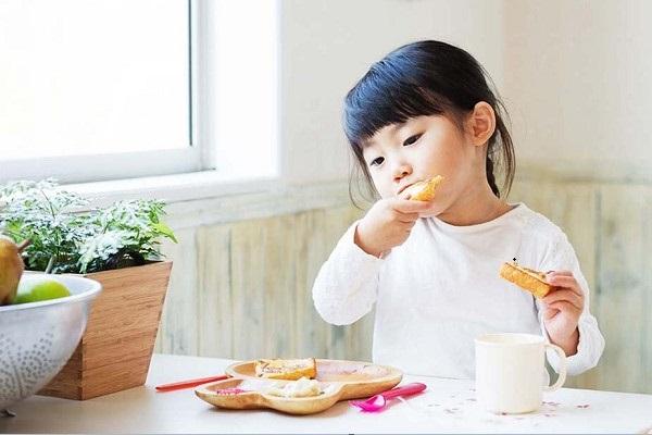 Trẻ chỉ thích ăn vặt: Cha mẹ nên làm thế nào? - Ảnh 4
